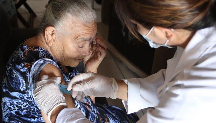 Vacinação contra Covid-19 para idosos maiores de 85 anos é realizada a domicílio