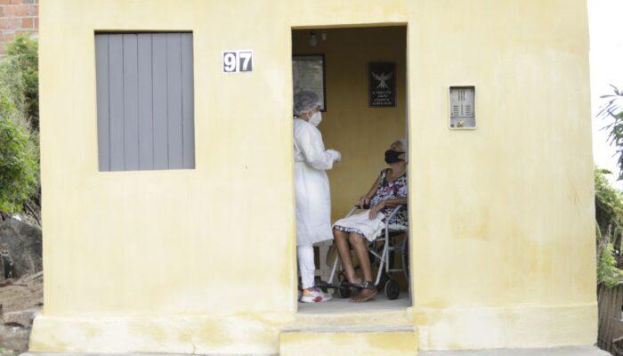 Em Limoeiro, mais idosos e trabalhadores de saúde começam a ser vacinados contra a Covid-19