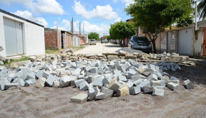 Prefeitura de Limoeiro retoma calçamentos na cidade e distritos