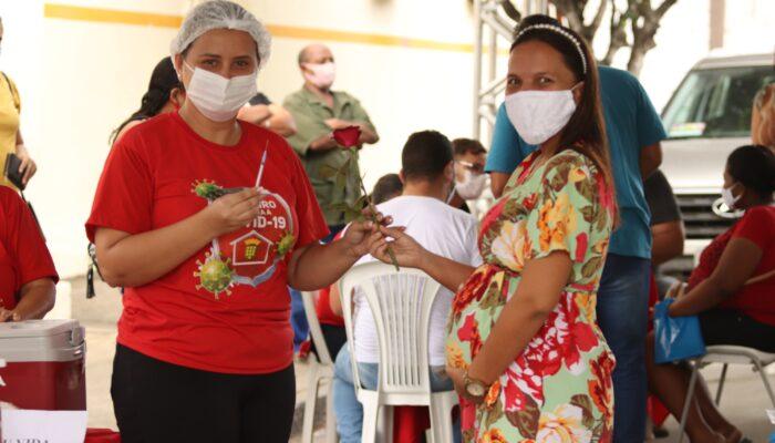 Gestantes e puérperas começam a ser vacinadas contra a Covid-19 em Limoeiro