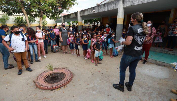 Ziellos Moto Clube presenteia alunos da Rede Municipal de Limoeiro
